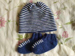 Modrobílá čepice a botičky z příze BELMONTE